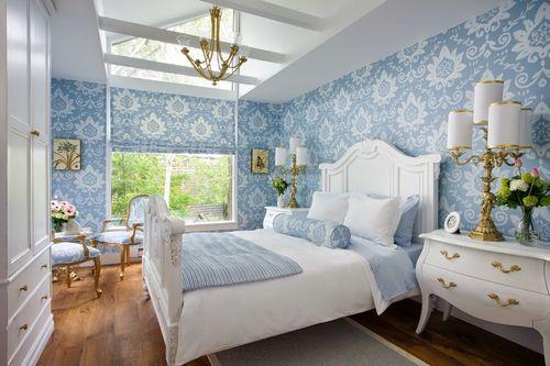 Золотистые вкрапления в голубом интерьере спальни