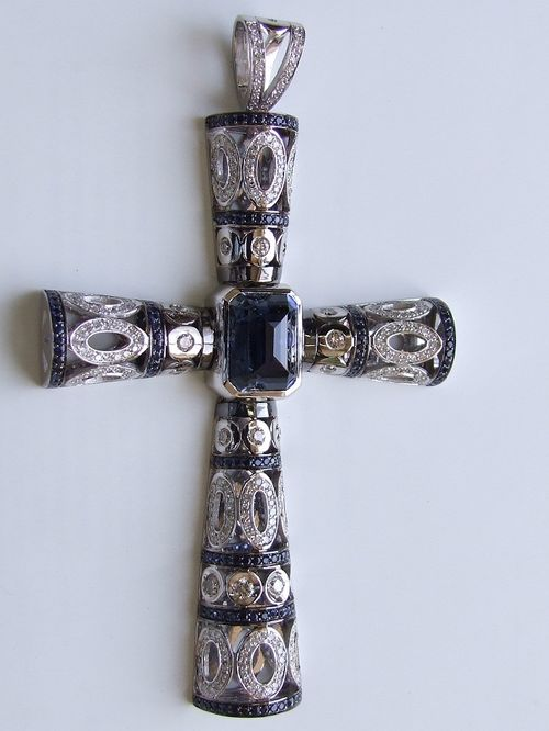 Крестик из белого золота с бриллиантами и сапфирами