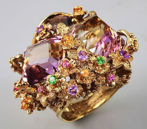 Кольцо с камнями из пурпурного золота
